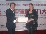 王耀导师颁发总裁班毕业证书