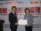 王耀导师为新学员颁发毕业证书